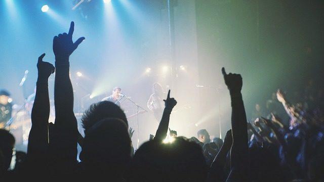 ライブ中に手を上げる人