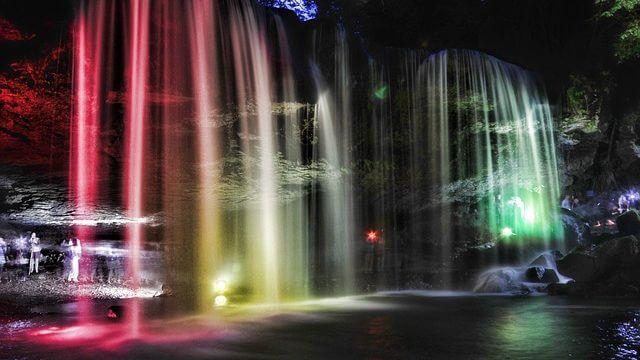 ライトアップの滝