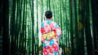 竹藪と浴衣の女性