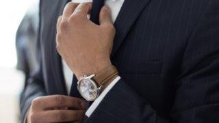 ネクタイを正す男性