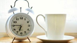 目覚まし時計とコーヒーカップ